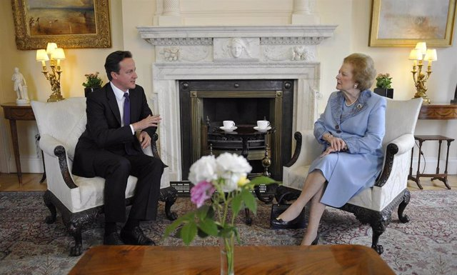David Cameron recibe a Margaret Thatcher en Downing Street