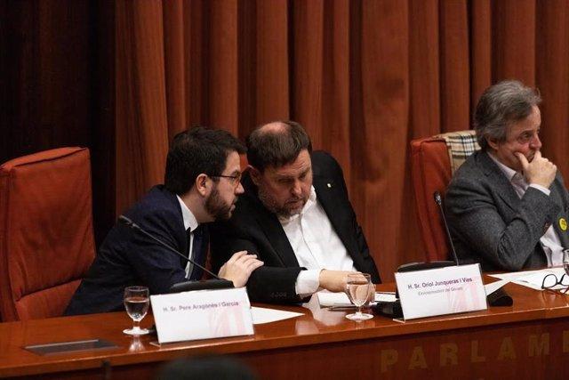 El vicepresident de la Generalitat, Pere Aragons, parla amb l'exvicepresident a la presó, Oriol Junqueras, en la comissió del 155 del Parlament.
