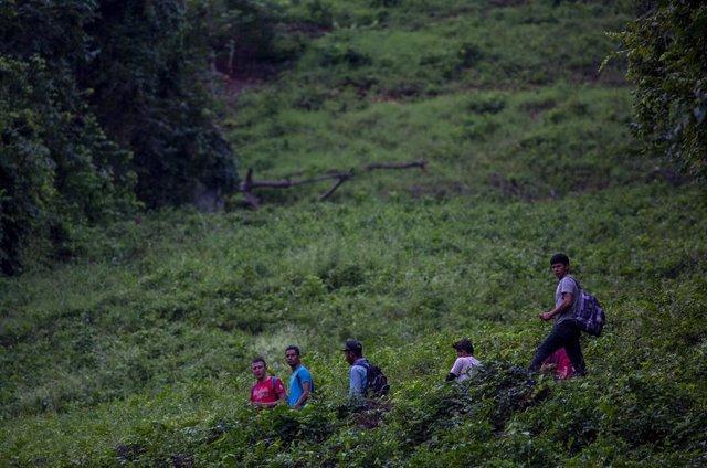 Migrantes en la frontera entre Guatemala y México