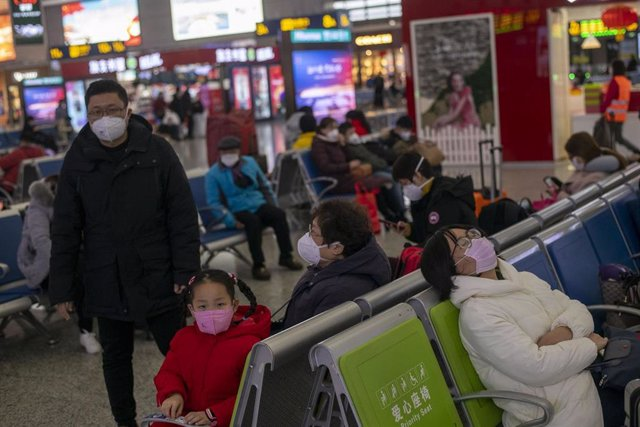 January 27, 2019 - Shanghai, China: Commuters including a young girl wear protective face masks in wake of the coronavirus outbreak. Hongqiao Railway Station was unusually quiet as many residents stayed indoors to avoid contracting the virus.