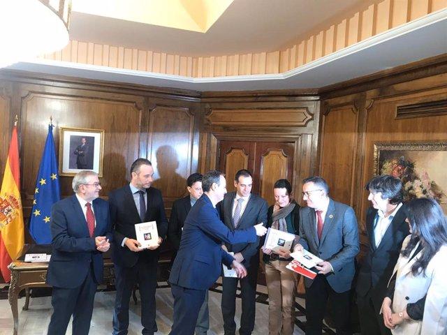El consejero Javier Celdrán entrega al presidente de la Asamblea Regional, Alberto Castillo, y a los grupos los Presupuestos de la Comunidad para 2020