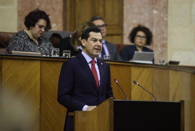 El presidente de la Junta de la Junta de Andalucía, Juanma Moreno, durante su compararencia en un pleno extraordinario del Parlamento andaluz para informar sobre el Estado de la Comunidad Autónoma.   En el Parlamento de Andalucía, a 28 de enero de 2020.