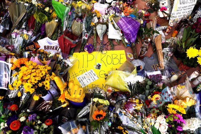 January 27, 2020 - Newbury Park, California, United States: A makeshift memorial outside of Kobe Bryant's Mamba Sports Academy in Newbury Park. (Christina House / Los Angeles Times/Contacto)