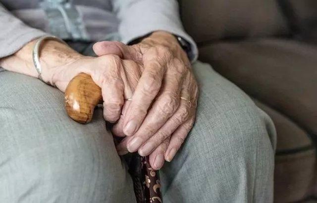 Imagen de archivo de una persona anciana
