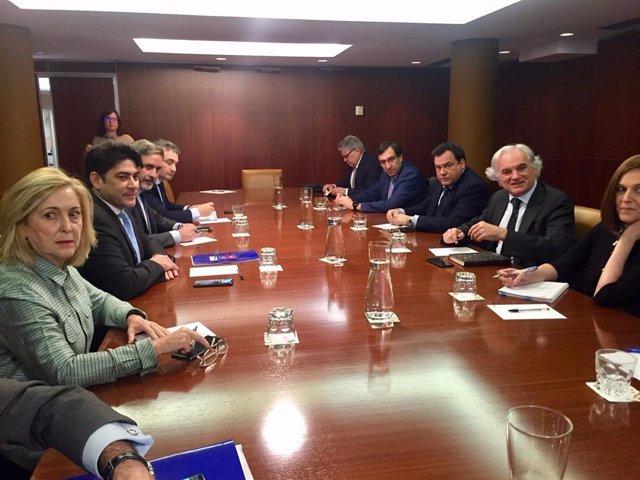 El consejero de Vivienda, David Pérez, y el presidente de CEIM, Miguel Garrido, mantienen una reunión con sus respectivos equipos sobre la situación de la vivienda en la región.