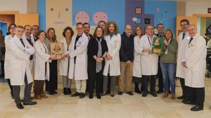 La campana de los sueños para celebrar el fin de los tratamientos oncológicos se instala en el Virgen del Rocío