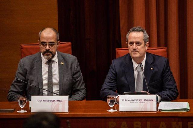 L'exconseller de l'Interior de la Generalitat, Joaquim Forn (D), juntament amb el conseller de l'Interior de la Generalitat, Miquel Buch (E), al Parlament de Catalunya, Barcelona (Catalunya), 28 de gener del 2020.