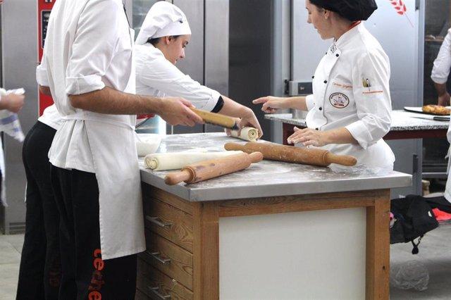 Alumnos de Formación Profesional en cocina.