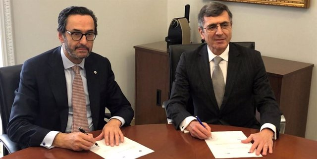 Los presidentes de Fundación SERES y Mutualidad de la Abogacía durante la firma del acuerdo