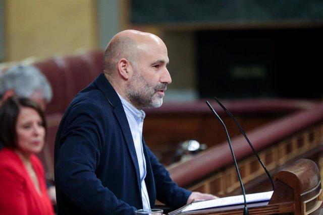 El diputado del Bloque Nacionalista Galego (BNG), Néstor Rego, interviene desde la tribuna del Congreso de los Diputados