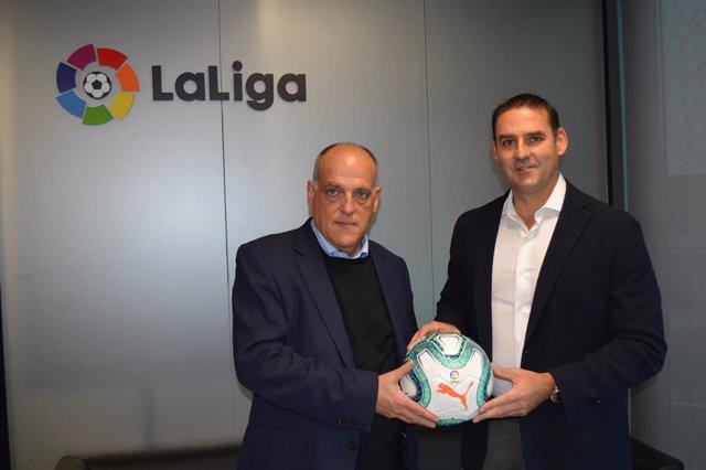 Javier Tebas junto a Ernesto Muyshondt, alcalde de San Salvador