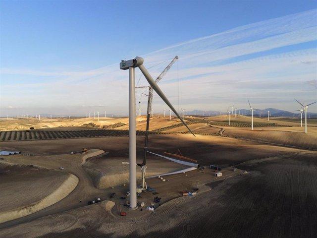 Uno de los últimos aerogeneradores del parque eólico Los Arcos, entre los municipios malagueños de Teba, Campillos y Almargen, que está construyendo Enel Green Power España, filial de Endesa