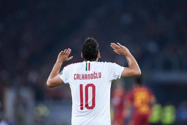 Hakan Calhanoglu en un partido con el Milan