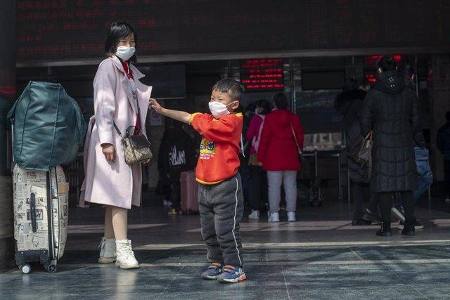 Dos personas llevan mascarilla por el brote del nuevo coronavirus.