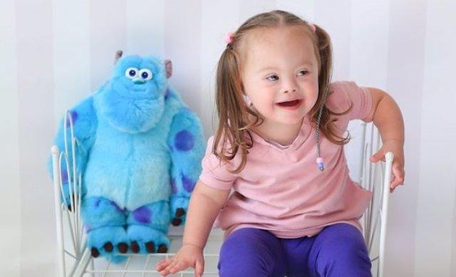 Niños con Síndrome de Down posan para la cámara de una artista de la fotografía vestidos de Disney en una campaña de sensibilización