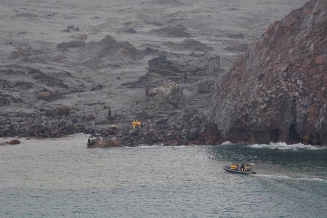 Operaciones de rescate tras la erupción volcánica en Isla Blanca, en Nueva Zelanda