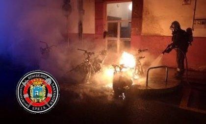 Se incendian tres motos en la calle Madrid y un coche en Nueva Montaña