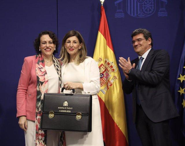 La exministra de Trabajo, Magdalena Valerio (izq), posa junto a la nueva ministra de Trabajo, Yolanda Díaz (centro)  y el nuevo ministro de Inclusión, Seguridad Social y Migraciones, José Luis Escrivá (dcha)