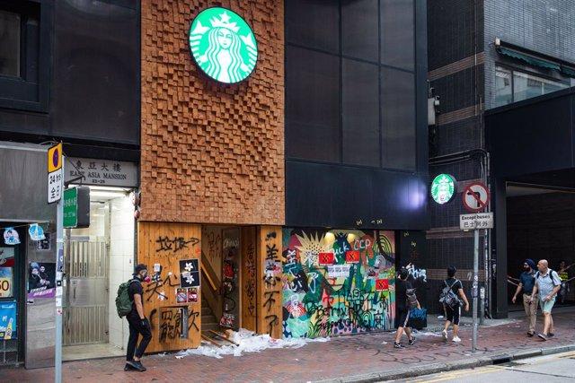 EEUU/China.- Starbucks cierra más de 2.000 cafeterías en China por el coronaviru