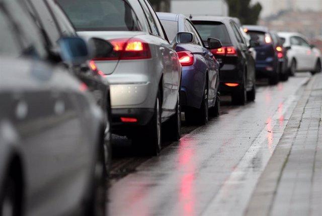 Varios coches circulan en tráfico por la calzada (Imagen de archivo)