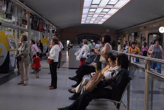 Pasajeros esperando su turno en los mostradores de la estación Renfe de la ciudad de Santander.
