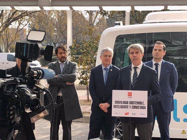 El consejero de Transportes de la Comunidad de Madrid, Ángel Garrido, atiende a los medios de comunicación junto al vicepresidente regional, Ignacio Aguado.