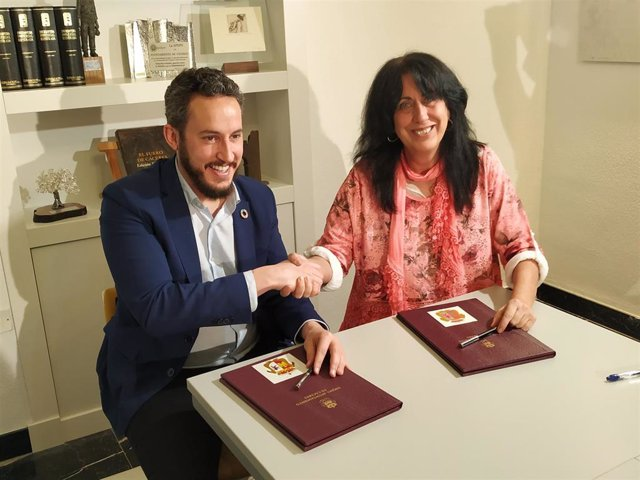Andrés Licerán y Consuelo López estrechan sus manos