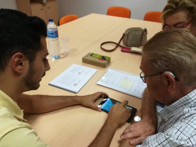 Un paciente con demencia leve aprende a utilizar la aplicación del proyecto europeo para mejorar su calidad de vida y la de sus cuidadores