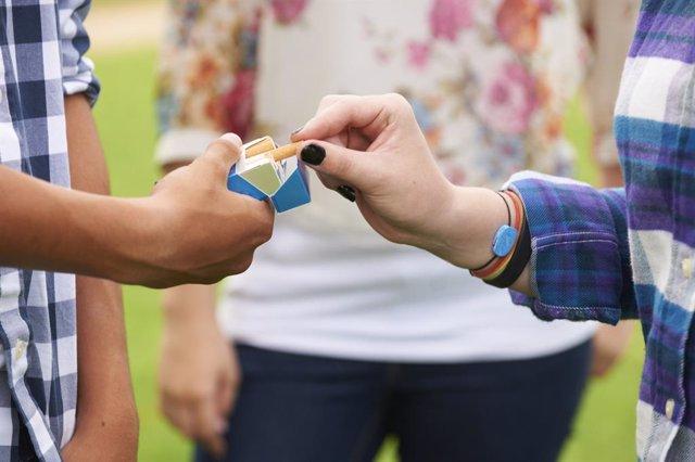 La prohibición de exhibir tabaco en puntos de venta reduce el riesgo de que los