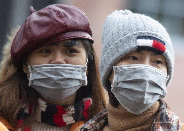 Gente protegiéndose del coronavirus en China