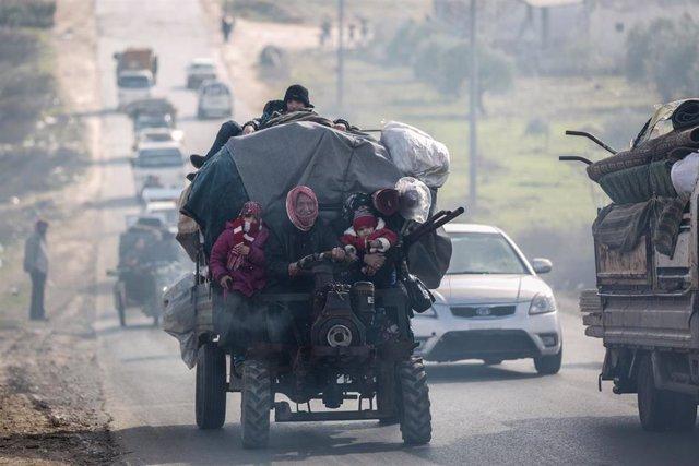 Habitantes de Maarat al Numan huyen ante la ofensiva del Ejército sirio sobre la ciudad