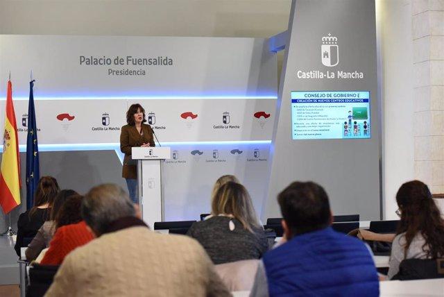 La portavoz del Gobierno de C-LM, Blanca Fernández, en rueda de prensa.