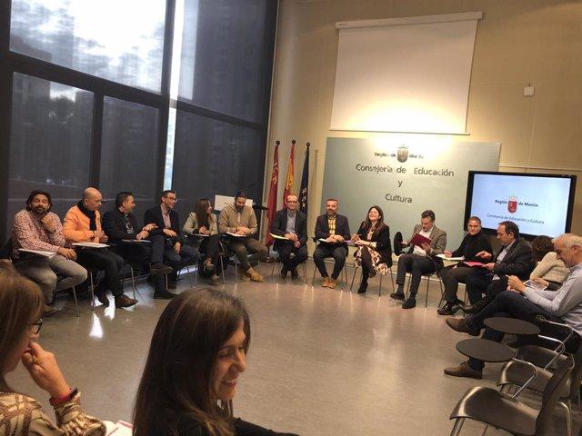 La consejera de Educación y Cultura, Esperanza Moreno, reunida con la Comisión Regional de Directores de Educación Infantil y Primaria