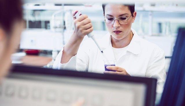Investigadora en un laboratorio