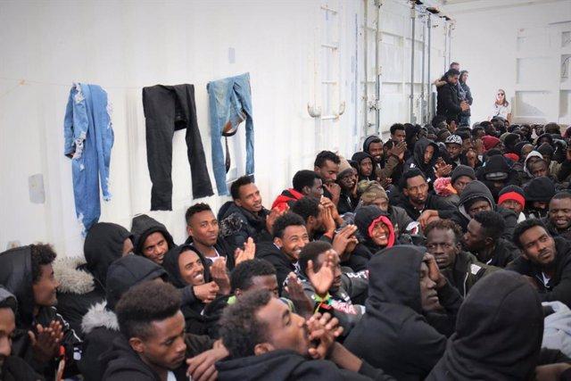 Migrantes y refugiados a bordo del 'Ocean Viking'