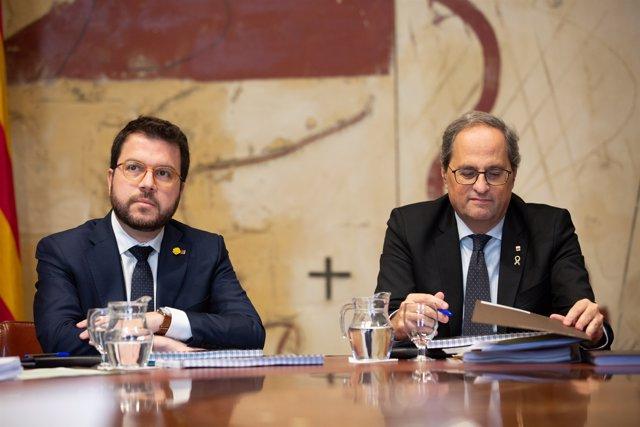 El vicepresident de la Generalitat, Pere Aragonès (izq) y el president de la Generalitat, Quim Torra (dech), en la reunión del Consell Executiu.