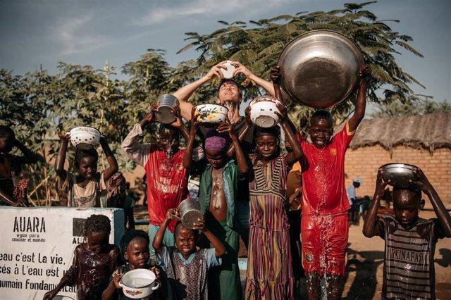 AUARA genera 12,4 millones de litros de agua potable en países en desarrollo en 2019 con la venta de su agua mineral. Imagen en Chad