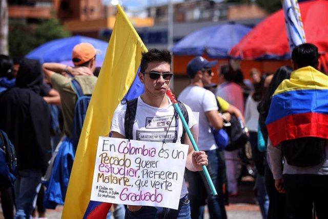 Un joven en una protesta en defensa de la educación pública en Colombia