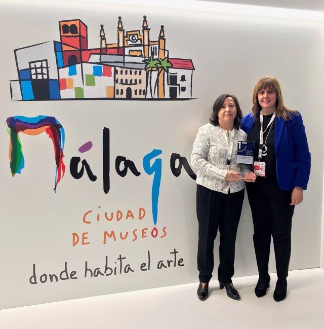 La responsable del Sistema de Calidad Turística en Destino (SICTED) del Ayuntamiento de Málaga, Carmen Rubio (i), junto a la concejala de Turismo, Rosa Sánchez (d)