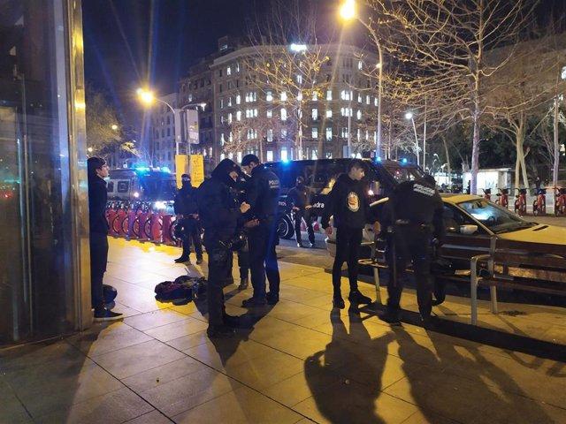 Los Mossos registran mochilas de jóvenes en plaza Universitat de Barcelona el martes 28 de enero de 2020