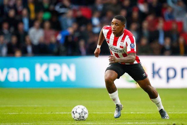 Steven Bergwijn jugando con el PSV