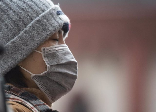 29 January 2020, Hessen, Frankfurt_Main: An Asian tourist wearing a surgical mask as she tours down-town Frankfurt amid the outbreak of the coronavirus. Photo: Dorothee Barth/dpa