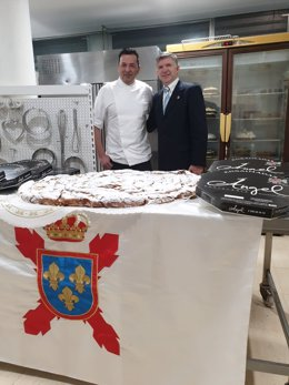 El delegado de la Hermandad Nacional Monárquica de España (HNME) en Baleares, José Fernández, con la ensaimada que enviarán al Rey