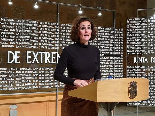 Olga García, consejera para la Transición Ecológica y Sostenibilidad de la Junta de Extremadura, en rueda de prensa para hacer balance fotovoltaico del año 2019 en la región