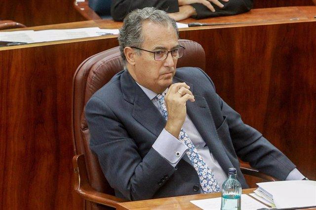 El consejero de Educación y Juventud de Madrid, Enrique Ossorio, sentado en su escaño durante una sesión plenaria en la Asamblea