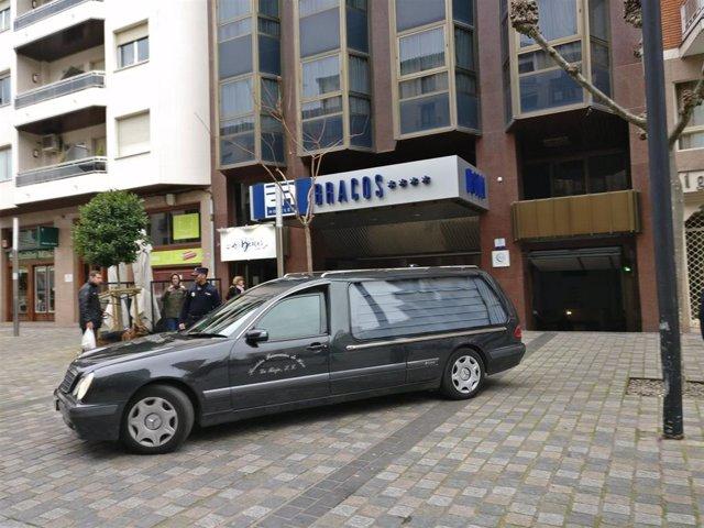 El coche de la funeraria sale con el cadáver de la niña de cinco años aparecida
