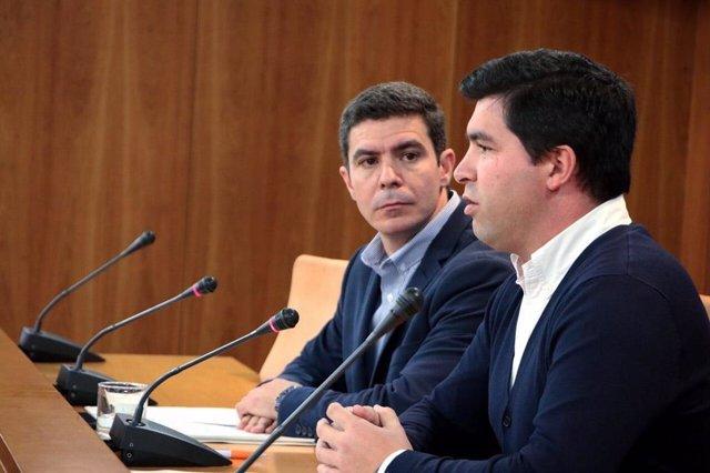 El portavoz parlamentario de Ciudadanos, Sergio Romero, junto al portavoz del grupo parlamentario de Cs en la comisión de agricultura, Enrique Moreno.
