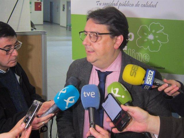 José María Vergeles atiende a los medios de comunicación en Mérida