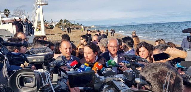 Pablo Iglesias atiende a los medios en Oliva (Valencia)