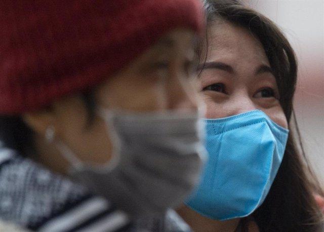 29 January 2020, Hessen, Frankfurt_Main: Asian tourists wearing surgical masks as they tour down-town Frankfurt amid the outbreak of the coronavirus. Photo: Dorothee Barth/dpa